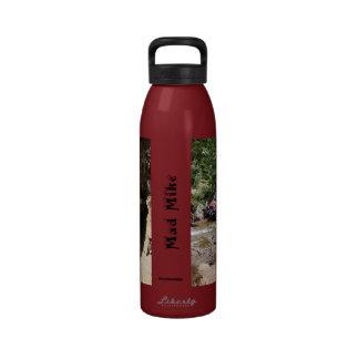 Hidración/botella de agua: Mike enojado