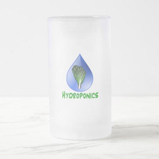 Hidrocultivo, descenso del agua y texto verde de jarra de cerveza esmerilada