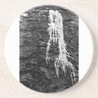 Hielo en el práctico de costa de las rocas posavasos para bebidas