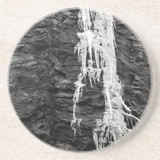 Hielo en el práctico de costa de las rocas posavasos diseño