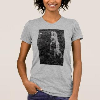 Hielo en la camiseta de las mujeres de las rocas