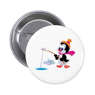 hielo lindo que pesca el pequeño pingüino pin redondo 5 cm