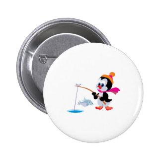 hielo lindo que pesca el pequeño pingüino pin redondo de 2 pulgadas
