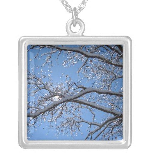 Hielo que brilla y árboles nevados colgante cuadrado