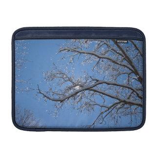 Hielo que brilla y árboles nevados fundas MacBook