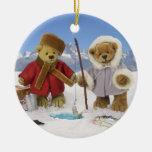 Hielo que pesca osos pequeños adorno redondo de cerámica