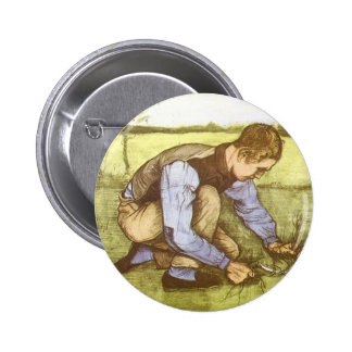 Hierba del corte del muchacho con la hoz de pin redondo de 2 pulgadas