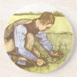 Hierba del corte del muchacho con la hoz de posavasos para bebidas