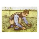Hierba del corte del muchacho con la hoz de tarjeta
