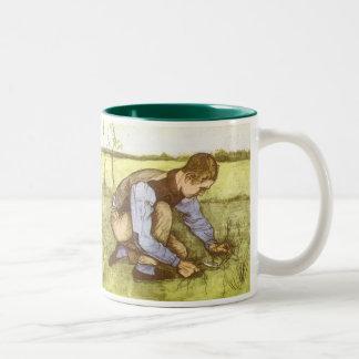 Hierba del corte del muchacho con la hoz de taza de dos tonos