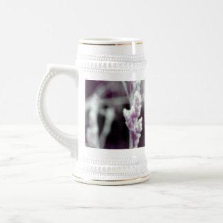 Hierba en lila tazas