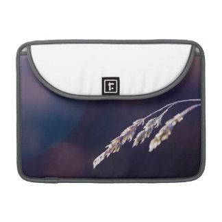 Hierba en púrpura funda para macbook pro