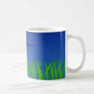 Hierba verde contra el cielo azul claro tazas de café