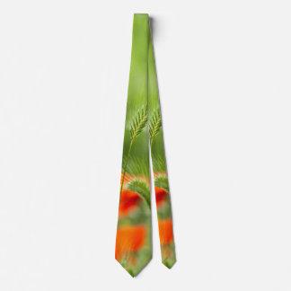 Hierba verde del campo con las amapolas rojas como corbatas personalizadas