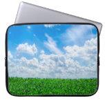 Hierba verde y cielo azul funda portátil