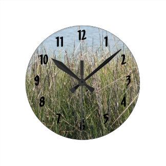 Hierba y agua de cañas reloj redondo mediano