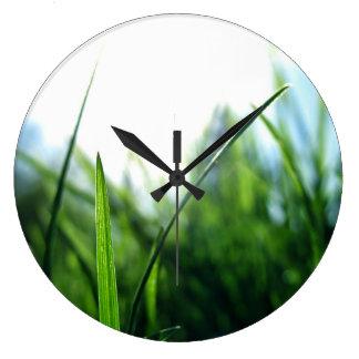 Hierba y cielo azul reloj redondo grande