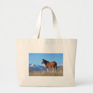 Hierba y montañas del caballo bolsa