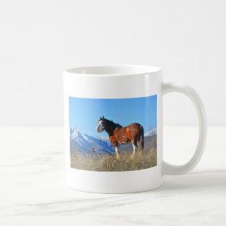 Hierba y montañas del caballo taza