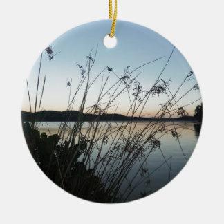 Hierbas en la puesta del sol del lago ornamento para arbol de navidad