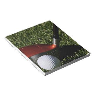 Hierro del golf y libreta de la bola bloc