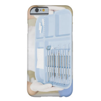 Higienista dental que sostiene la bandeja de funda de iPhone 6 barely there