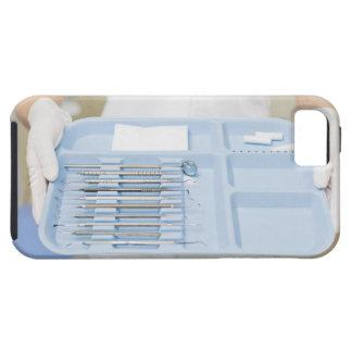 Higienista dental que sostiene la bandeja de funda para iPhone 5 tough