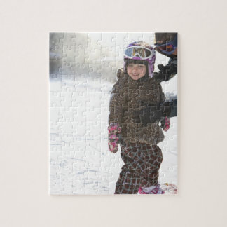 Hija de enseñanza de la madre a la snowboard puzzle