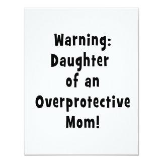 hija de la mamá sobreprotectora black.png invitación 10,8 x 13,9 cm