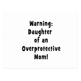 hija de la mamá sobreprotectora black.png postal