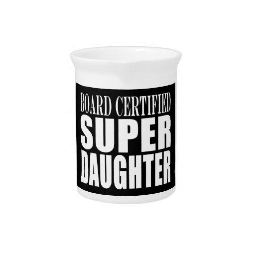 Hija estupenda certificada tablero de los cumpleañ jarra para bebida