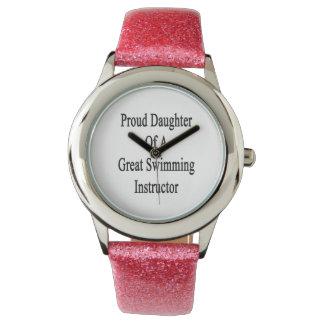 Hija orgullosa de un gran instructor de la relojes de pulsera