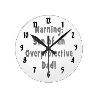 hijo del papá sobreprotector black.png reloj redondo mediano