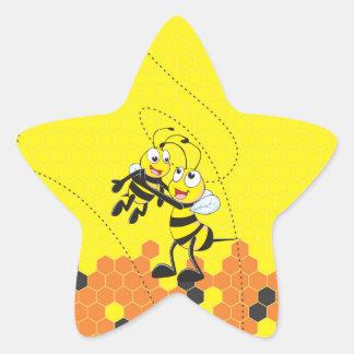 Hijo feliz del papá de la abeja que juega amarilla pegatina en forma de estrella