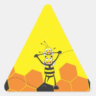 Hijo feliz del papá de la abeja que juega amarilla pegatina triangular