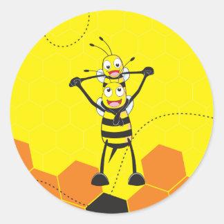Hijo feliz del papá de la abeja que juega amarilla pegatina redonda