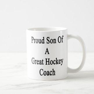 Hijo orgulloso de un gran coche de hockey taza de café
