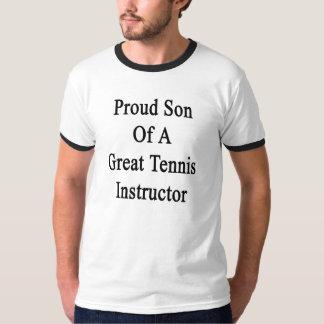 Hijo orgulloso de un gran instructor del tenis playera