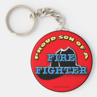 Hijo orgulloso de un llavero del bombero