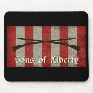 Hijos de la bandera de la libertad con dos mosquet tapete de raton