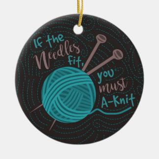 Hilado divertido de las agujas de los calceteros adorno navideño redondo de cerámica