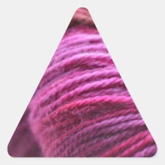Hilado rosado vibrante pegatina triangular