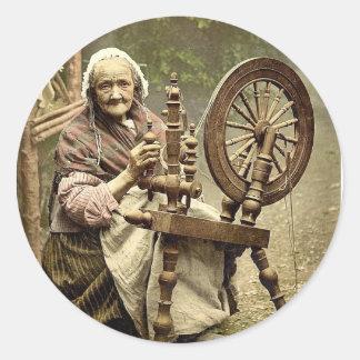 Hilandero y rueda de hilado irlandeses. Co. Pegatina Redonda