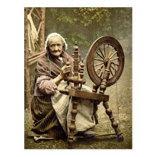 Hilandero y rueda de hilado irlandeses. Co. Postales