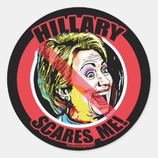 Hillary me asusta pegatina redonda