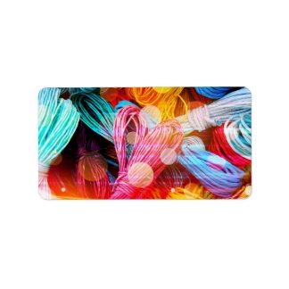 Hilos coloridos intrépidos del hilado y haces lumi etiquetas de dirección