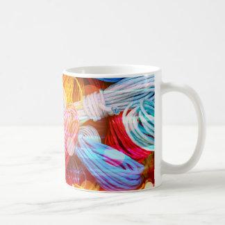 Hilos coloridos intrépidos del hilado y haces taza clásica