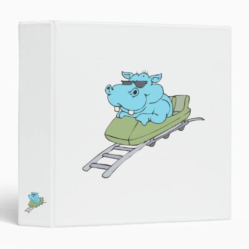 hipopótamo azul divertido que monta una montaña ru