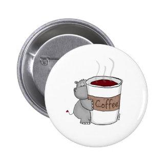 Hipopótamo con café pin redondo de 2 pulgadas