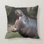 Hipopótamo con su boca abierta almohadas